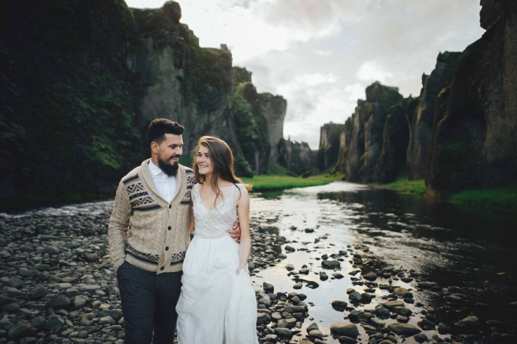 wedding photo shoot at Fjaðrárgljúfur canyon in Iceland
