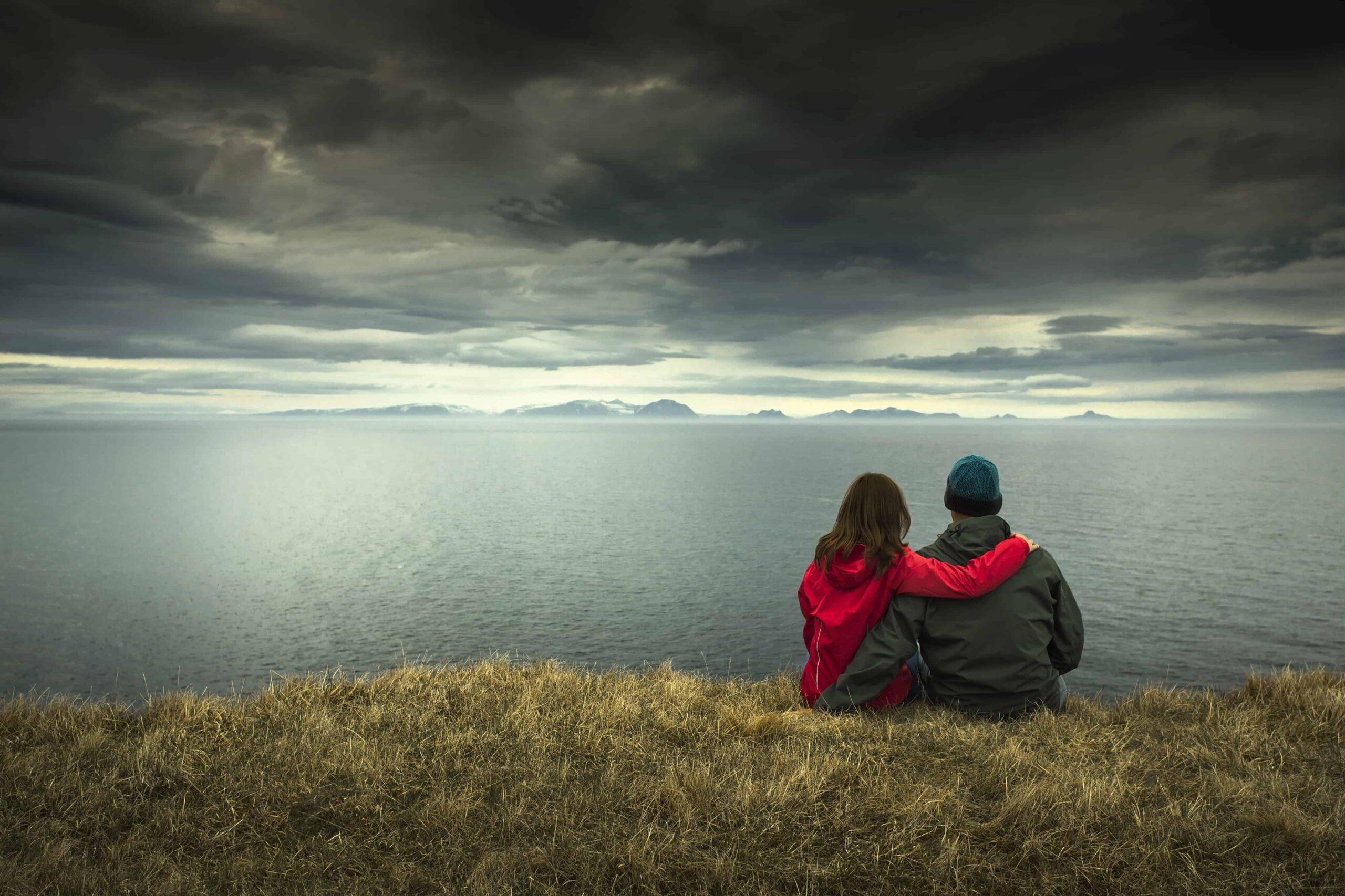 Honeymoon in Iceland, two people sitting with a view in Iceland